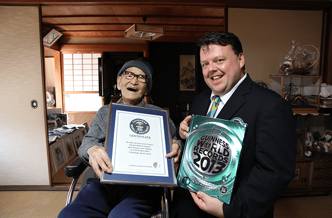 Jiroemon Kimura with editor in chief Craig Glenday being presented his certificate
