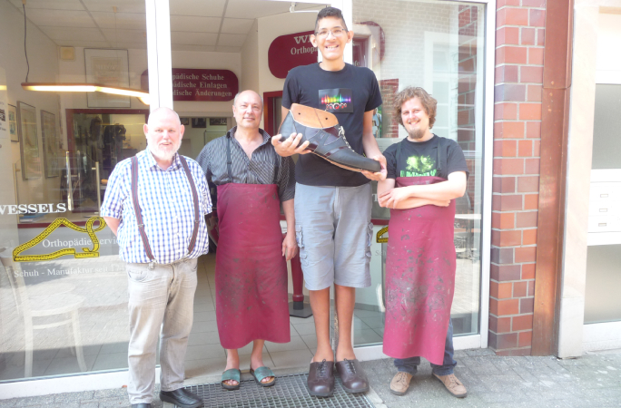 Worlds-largest feet-tallest-people-wessels